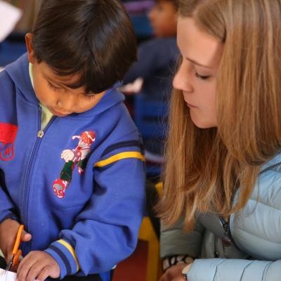 Als deel van de groepsreis kinderopvang in Peru, helpen Projects Abroad vrijwilligers tussen 18 en 25 in de klaslokalen.